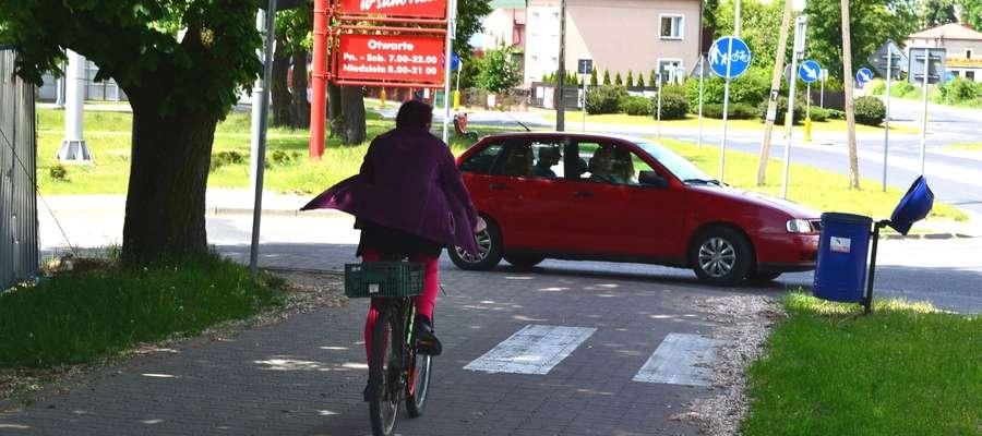 Wyjazd z centrum handlowego przecina ścieżka rowerowa