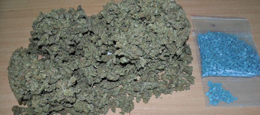 W podejrzanej paczce było 1600 tabletek ekstazy i ponad 1200 gramów marihuany