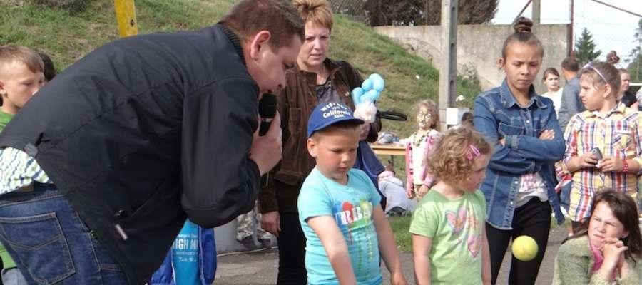 Konkurs rzutu piłeczką do kosza prowadzi Mariusz Brzezicki z GCK