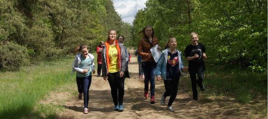Jedna z drużyn na leśnym szlaku