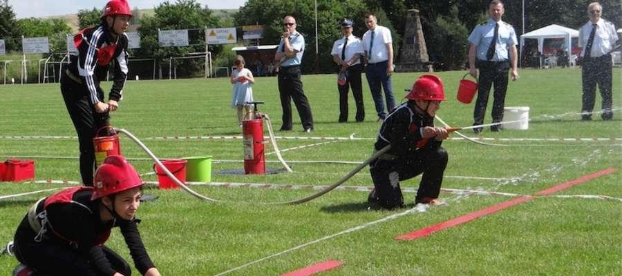 Drużyny młodzieżowe podczas ćwiczenia bojowego