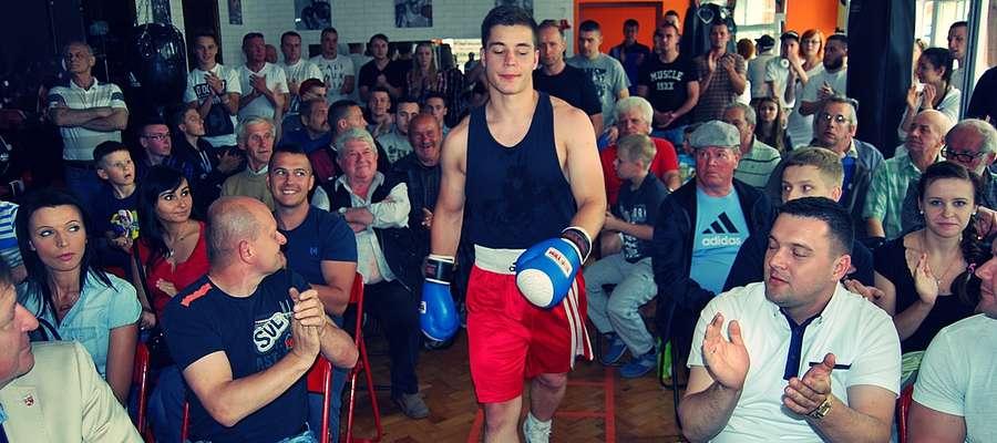 Do walki, przy aplauzie płońskich miłośników boksu, wychodzi Emil Witkowski z Budowlanych Boxing Team Płońsk