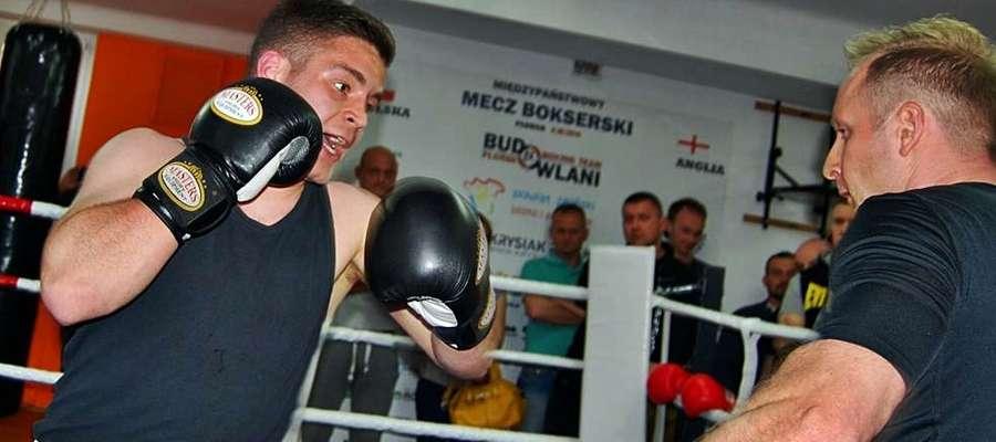 Emil Witkowski trenuje z Krzysztofem Macharzewskim w nowej sali bokserskiej przy ulicy Warszawskiej. W ostatnią sobotę czerwca nasz zawodnik zaprezentuje się w turnieju, którego gościem będzie Paweł Skrzecz