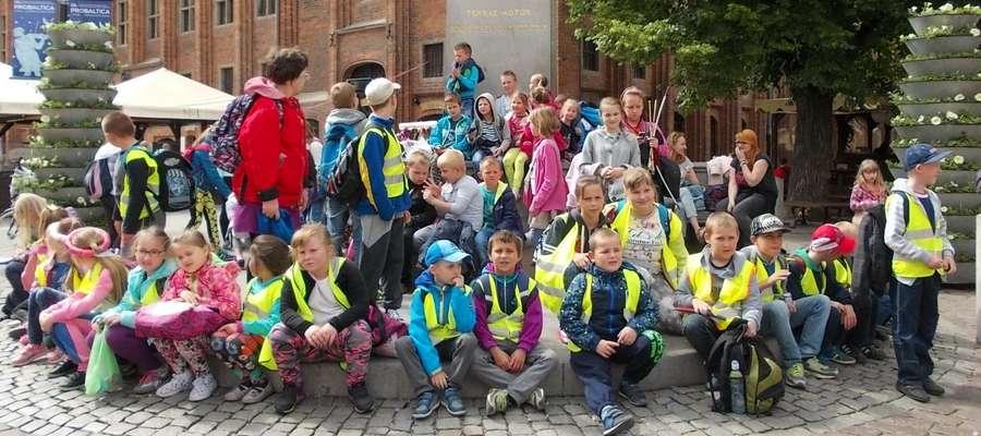 Dzieci z gminy Susz pod pomnikiem Kopernika