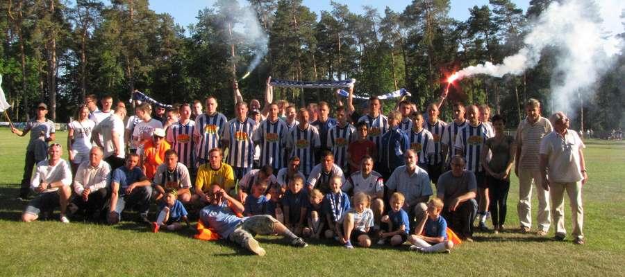 W Suszu mają już wolne. W 30 kolejce Unia grać miała z Zalewem Frombork, który jednak wycofał się z ligi w trakcie rozgrywek. Tu feta z okazji awansu
