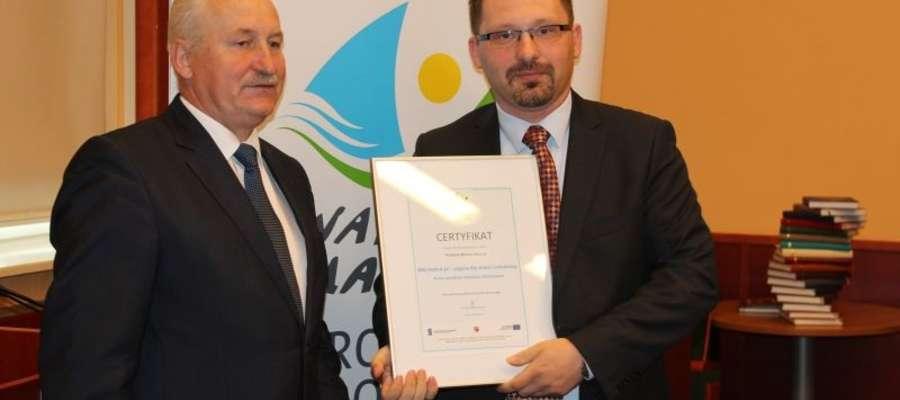 Pan Arkadiusz (z prawej) podczas odbioru certyfikatu z rąk Marszałka