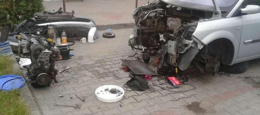 Mieszkaniec Olsztyna postanowił rozebrać samochód na parkingu przed blokiem