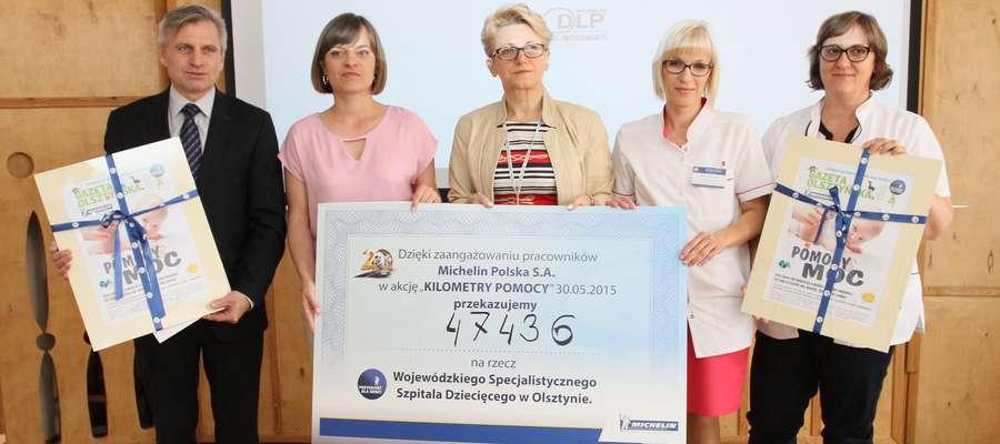 """Przedstawiciele firmy Michelin i Fundacji """"Przyszłość dla Dzieci"""" przekazali symboliczny czek szpitalowi"""