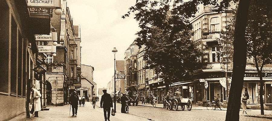 Początek dawnej ulicy Zalewskiej brał się na dziedzińcu iławskiego ratusza, o czym informował widoczny na zdjęciu kierunkowskaz