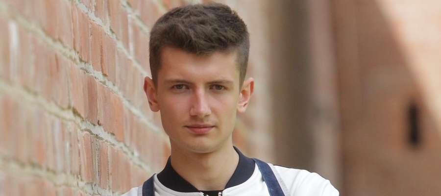 """Michał Zieliński, zwyciężca programu """"Project Runway, opowiada o początkach swojej przygody z projektowaniem"""