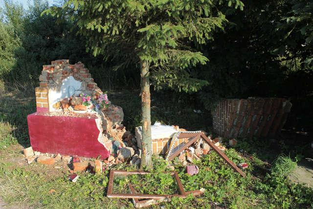 Zabytkową kapliczkę zniszczyła ciężarówka - full image