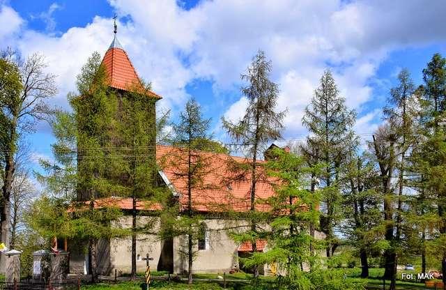Bażyny: kościół z początku XIV wieku - full image