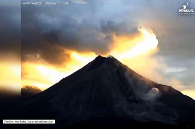 Erupcja wulkanu Colima na tle wschodu słońca - full image