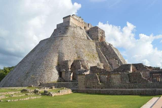 Owalne piramidy, podwodne muzea i rajskie plaże  - full image
