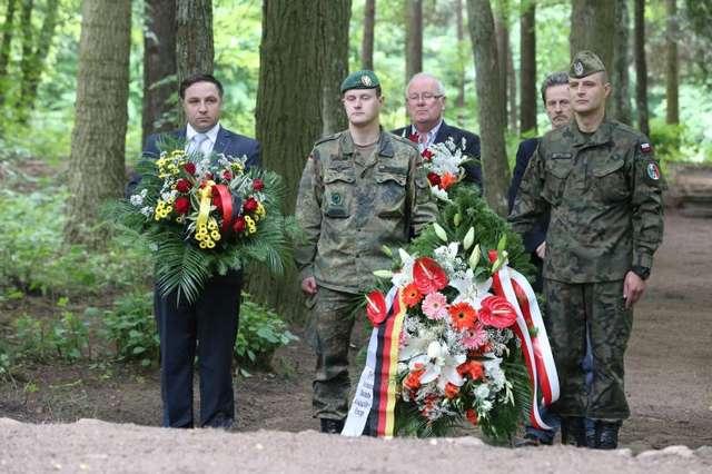 Niemieccy i polscy żołnierze porządkowali cmentarz w Zimnej Wodzie - full image