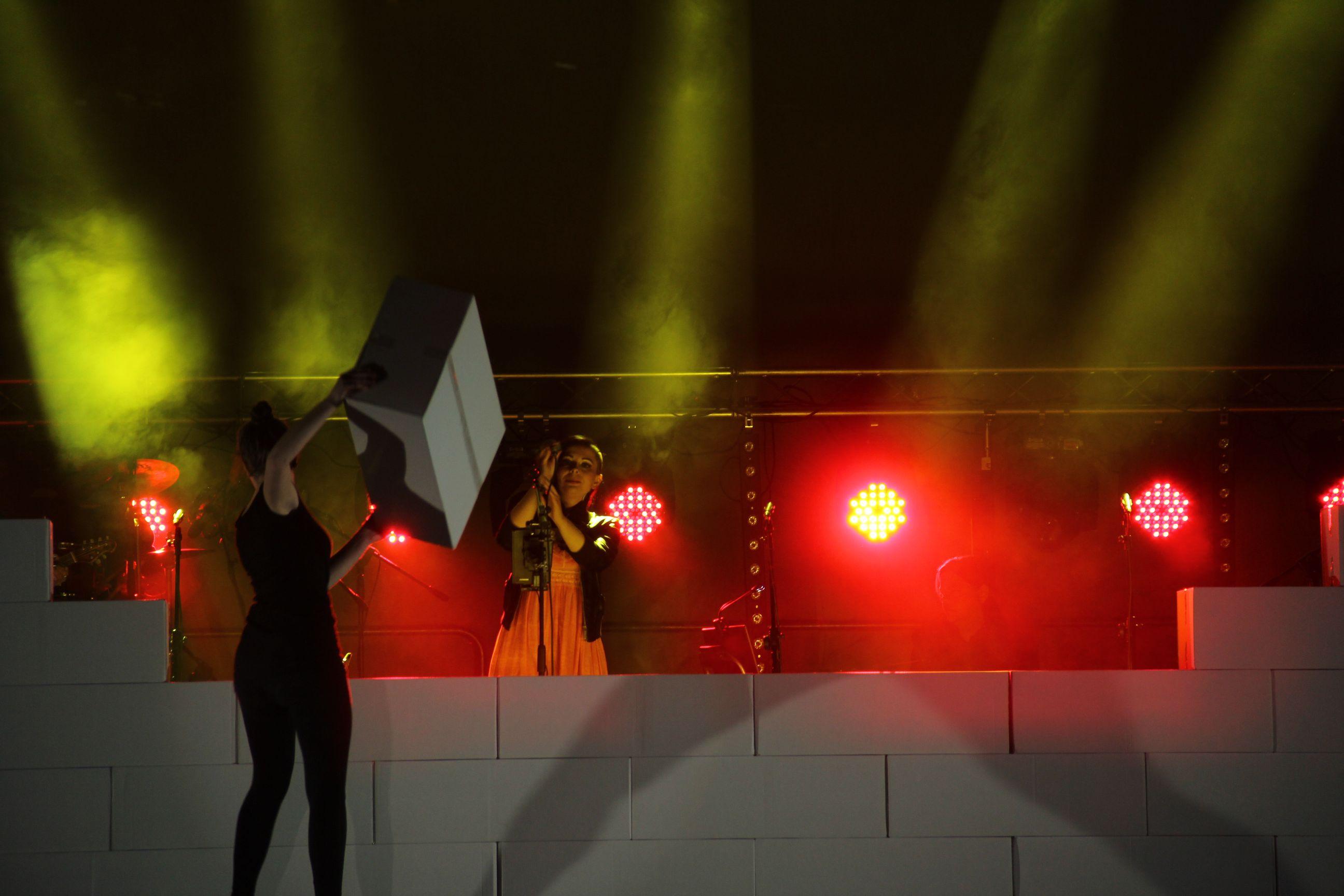 Koncerty Spare Bricks, podobnie jak występy Pink Floyd, to również niezapomniane spektakle multimedialne