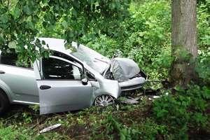 Fiat uderzył w drzewo