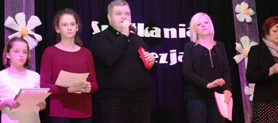 Dyrektor Tomasz Lenkowski (w środku) podczas Spotkania z Poezją