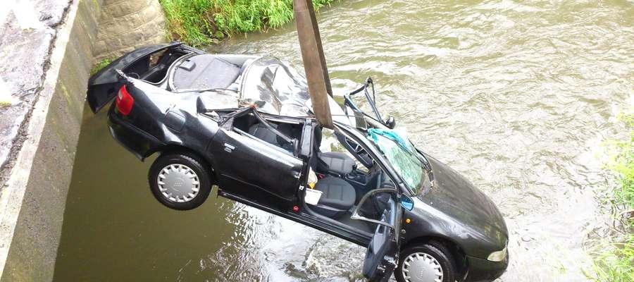 Pasażerowi audi udało się samodzielnie wydostać z tonącego w rzece Pasłęce samochodu i wezwać pomoc