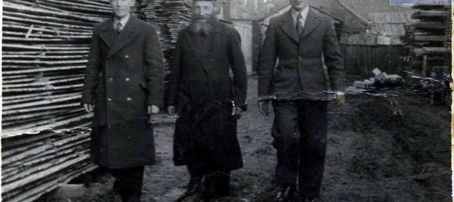 Właściciele tartaku, ludność wyznania żydowskiego. Jak opisuje Sławomir Topolewski, w którego zbiorach znajduje się to zdjęcie, na fotografii znajdują się Dovo Klein i jego dwóch synów