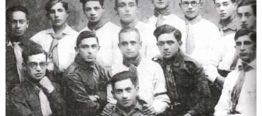 Od prawej do lewej, w górnym rzędzie: Chanoch RADZIK, Icchak Klein, to Mosze, Mosze Rizowi, Shlomo Wilodroz, Moshe Trombka, Hirsch Beiles, Mendel Kronenberg. na dole: Moshe Popiol, Shmuel Maj, Moshe Kronenberg, Aharon Skoropa, Shlomo Edelsztejn