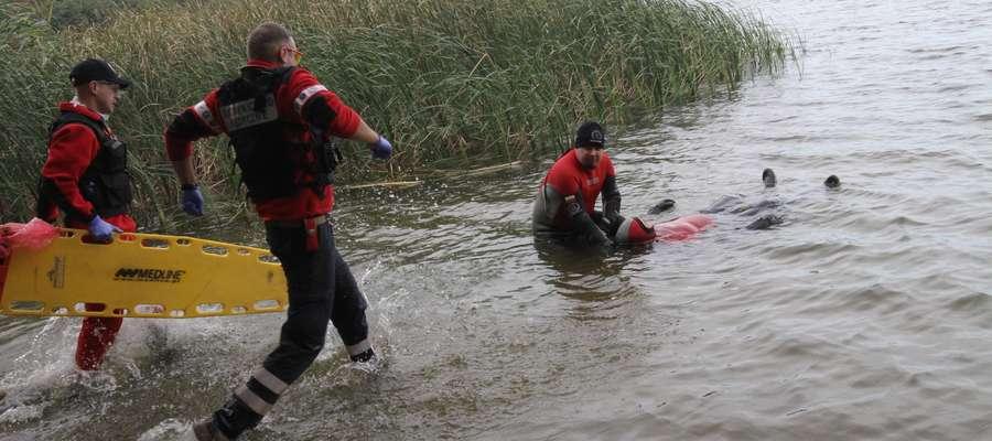 Ratownicy regularnie przeprowadzają ćwiczenia w wodzie. Zdjęcie jest jedynie ilustracją do tekstu