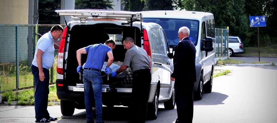 Piątek godzina 12:52. Z bloku przy ulicy Szpitalnej wynoszone są zwłoki 36-latka z Żuromina