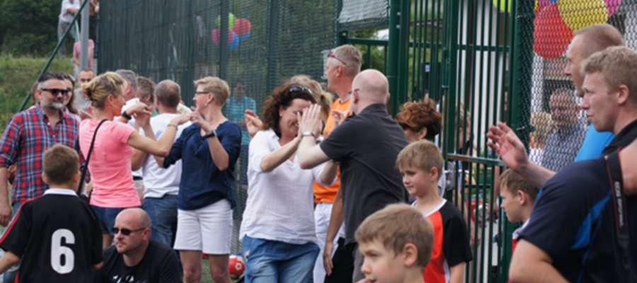 Urokliwie położony Orlik w Kieźlinach codziennie po godz. 15 przeżywa nalot amatorów gry w piłkę nożną.