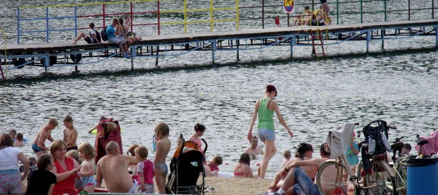 Plaża przy zalewie, gdy tylko robi się ciepło, zapełnia się mieszkańcami Mławy i okolic