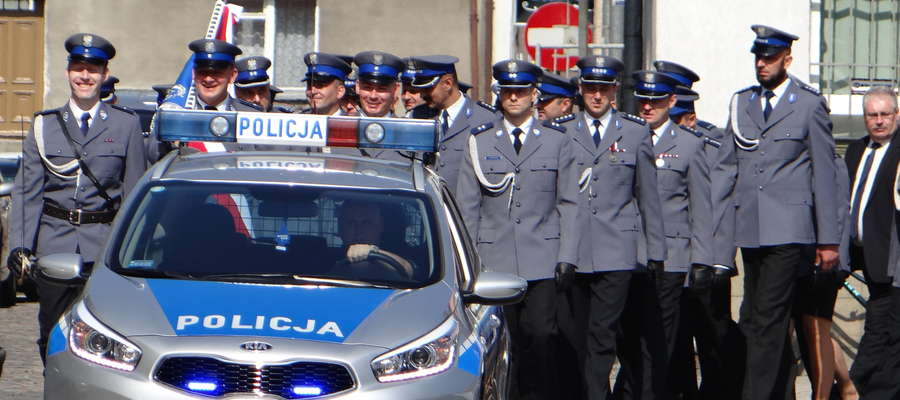 Kolumna policjantów i ich gości drodze z kościoła do Urzędu Miasta