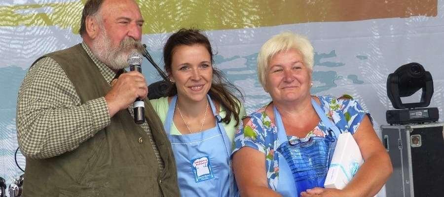 Panie z Koła Gospodyń Wiejskich Kałduny ugotowały najlepszą zupę rybną. Na zdjęciu z przewodniczącym jury dr Grzegorzem Russakiem