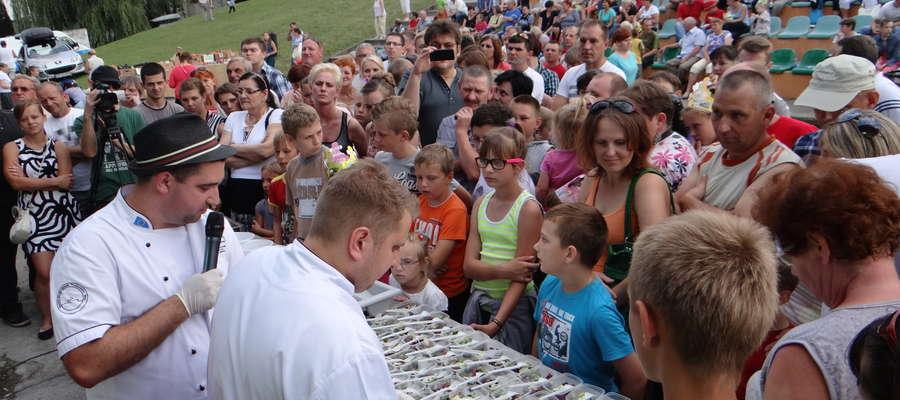 Degustacja dla publiczności podczas ubiegłorocznego Święta Gęsi w Biskupcu Pomorskim