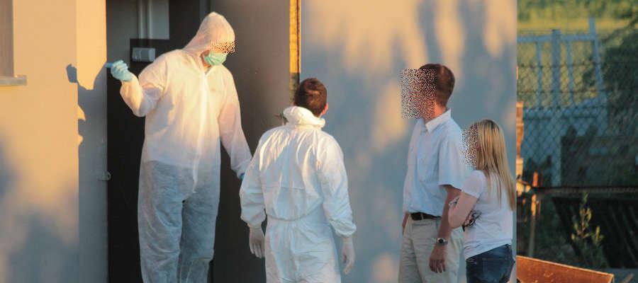 Część funkcjonariuszy pracowała w maskach i kombinezonach ochronnych.