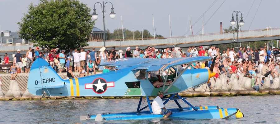 Pokazy lotnicze przyciągają nad jezioro tłumy widzów
