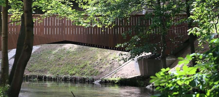 Do budowy burt mostów w parku Podzamcze użyto desek z egzotycznego drewna bangkirai