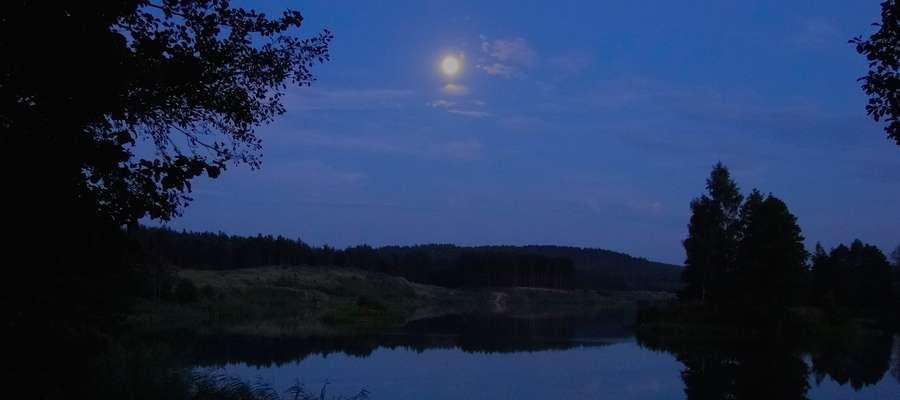 Nocny widok nielbarskiego wyrobiska, kiedy żerują okazałe sumy, które niejednokrotnie stawały się trofeami wędkarzy