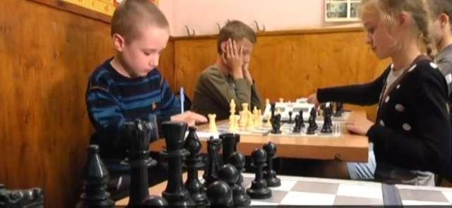 5-letni chłopczyk ogrywa dorosłych w szachy. Najmłodszy mistrz Ukrainy - full image