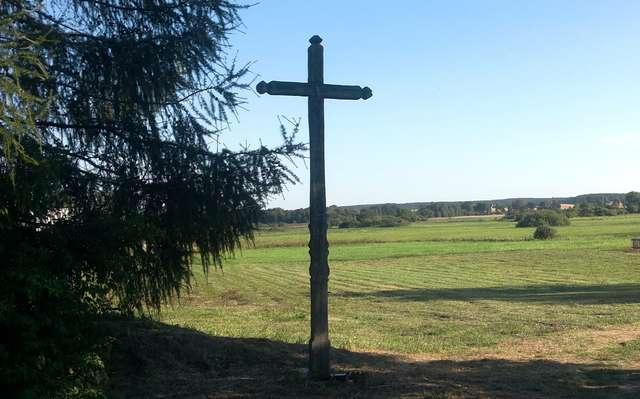 Przydrożny krzyż w Szczęsnym.