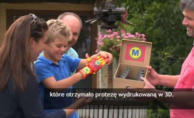 6-latek z Francji dostał protezę dłoni wydrukowaną w 3D. Kosztowała zaledwie 50 euro - full image