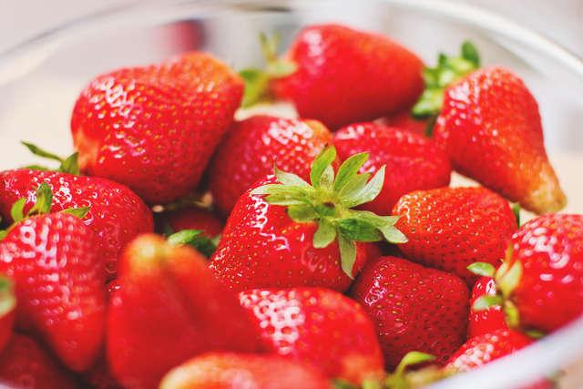 Witaminę C znajdziemy w świeżych owocach, m.in. w truskawkach. - full image