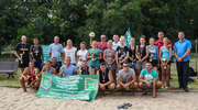 Mundurowi zrzucili... mundury i zagrali na piasku