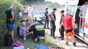 Peugeot wypadł z drogi i uderzył w ogrodzenie. Trzy osoby w szpitalu