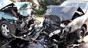 """Czołowe zderzenie opla z nissanem. Sprawca wypadku ,,na bani"""". Cztery osoby ranne"""