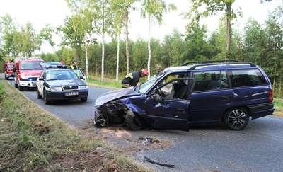 Stracili panowanie nad autami i uderzyli w drzewo