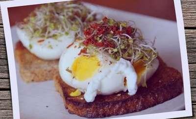 Żytnie grzanki z kiełkami, rzodkiewki i jajkiem