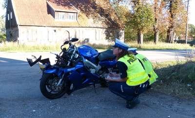 Wypadek w Nowym Dworze Elbląskim. Motocyklista poważnie ranny. Zdjęcia