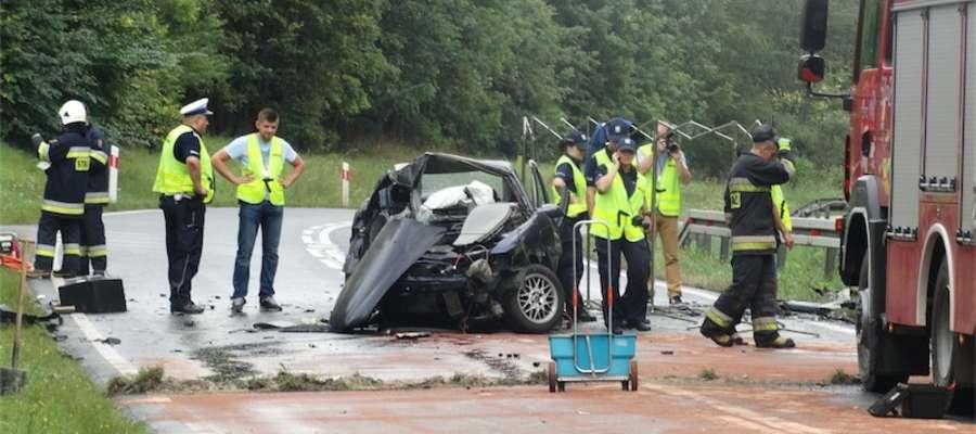Na miejscu wypadku działają służby ratunkowe
