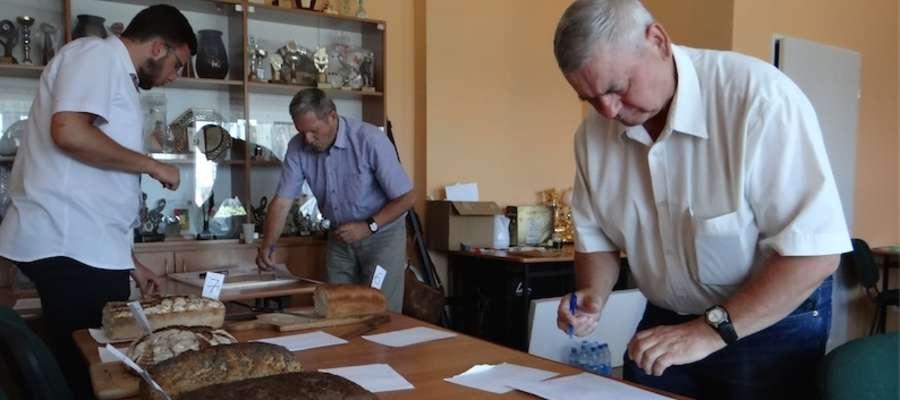 Komisja konkursowa ocenia festiwalowe chleby
