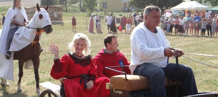 Wjazd wójta gminy Biskupiec Pomorski — Arkadiusza Dobka wraz z małżonką na plac średniowiecznej imprezy