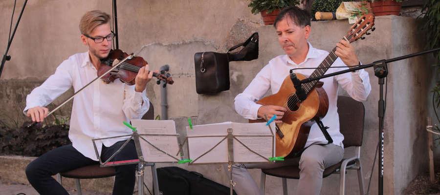 Duo Amabile, czyli skrzypek Filip Popielarz i gitarzysta Wojciech Popielarz jako pierwsi zagrali w Uliczce Artystycznej w Bisztynku.